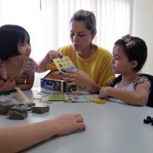 Crianças brincam com professora